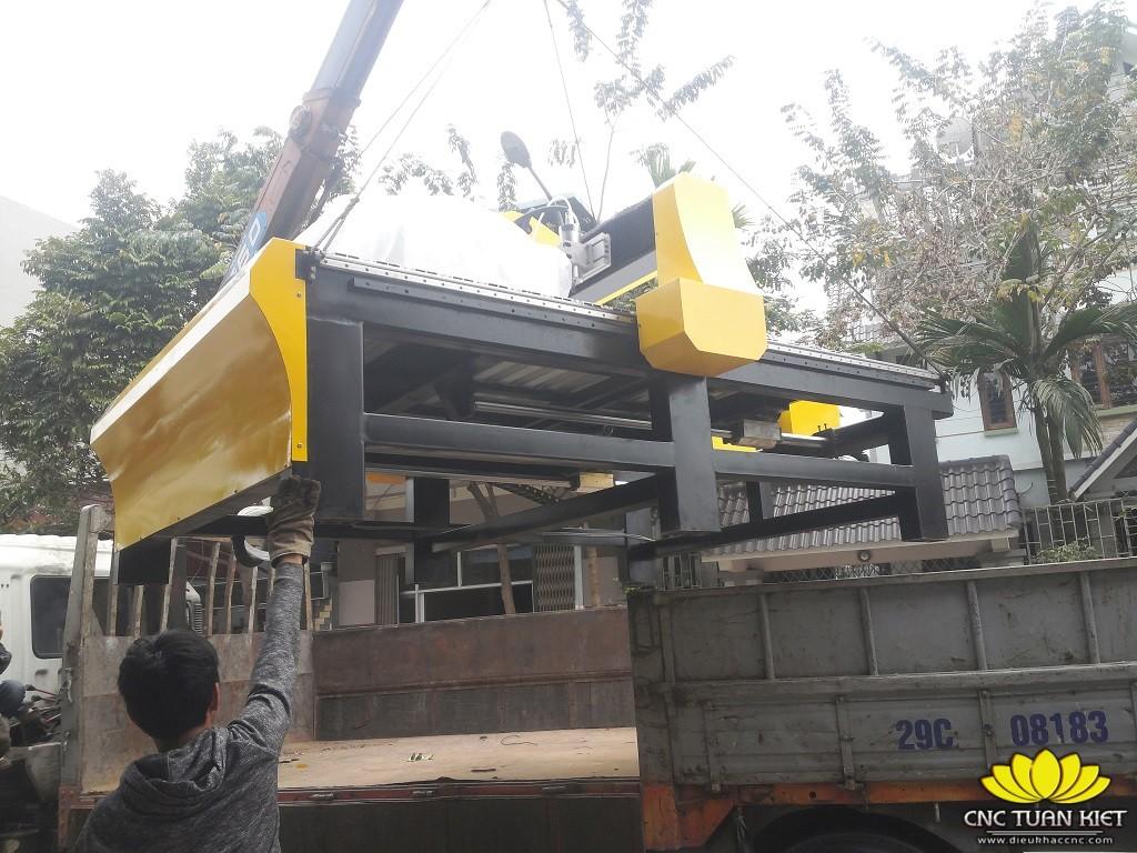 Tuấn Kiệt vận chuyển giao hàng cho khách hàng đặt mua máy đục gỗ vi tính CR-2325-8