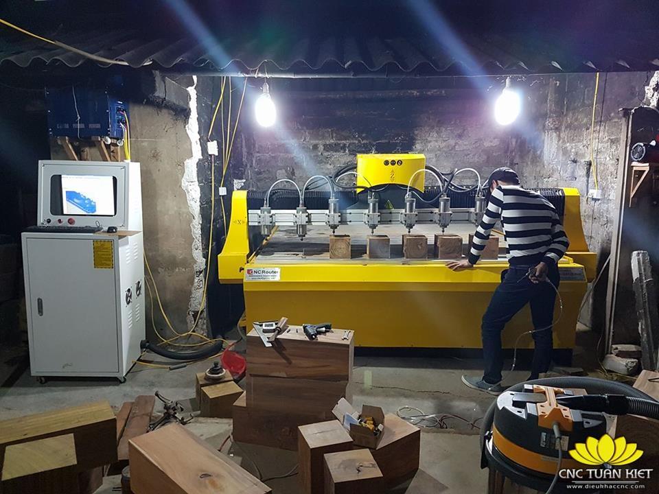 Máy đục gỗ CNC CR-2325-8 đặt tại xưởng khách hàng của CNC Tuấn Kiệt