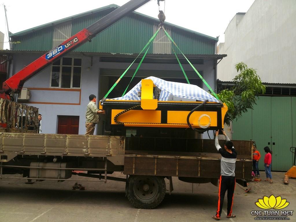 Hình thức vận chuyển và giao hàng máy in gỗ 8 đầu CR-2325-8 của CNC Tuấn Kiệt
