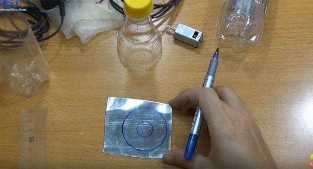 Cắt vỏ lon để làm cánh quạt máy hút bụi
