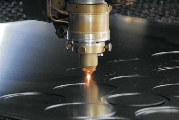 công nghệ cắt laser trên bề mặt kim loại
