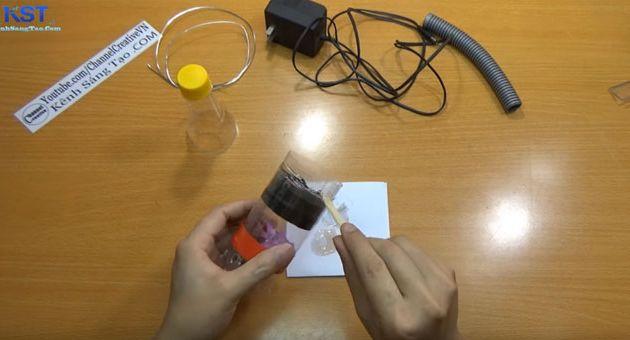 Gắn vỏ chai thứ 2 vào phần đầu thân chai chứa mô tơ bằng băng dính xốp