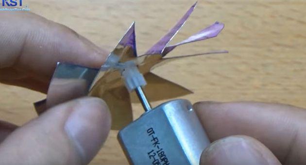Gắn bánh răng motor vào lỗ chính giữa cánh quạt