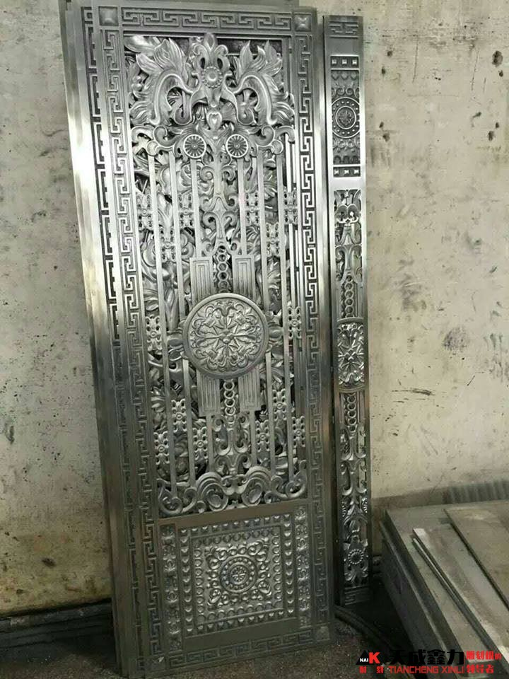 Cửa đầy hoa văn được gia công bằng máy khắc kim loại 1325HA
