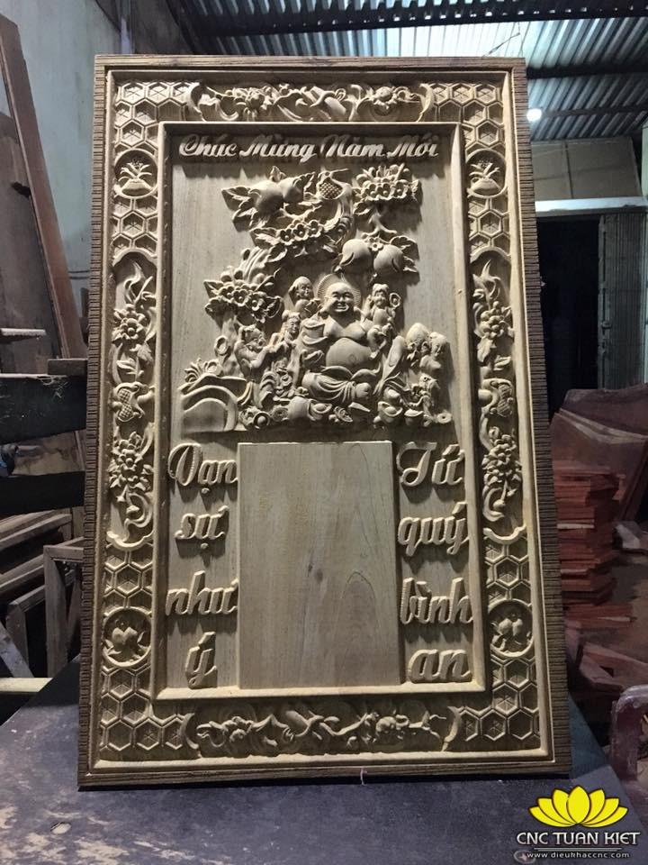 Máy khắc gỗ CNC Tuấn Kiệt 3215-2Z trên tranh Chúc mừng năm mới